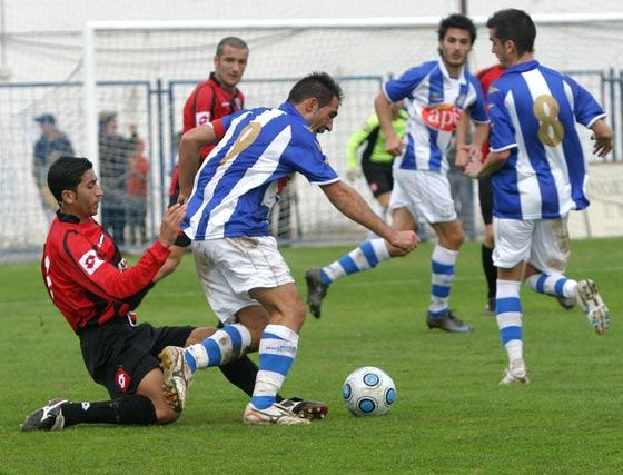 Carrasco recibe la entrada del jugador del Melilla Mahanan.  Foto: Vanesa Lobo