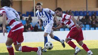 Felipe y Granada conducen el balón ante la presión de un jugador rival  Foto: Pascu Méndez (LOF)