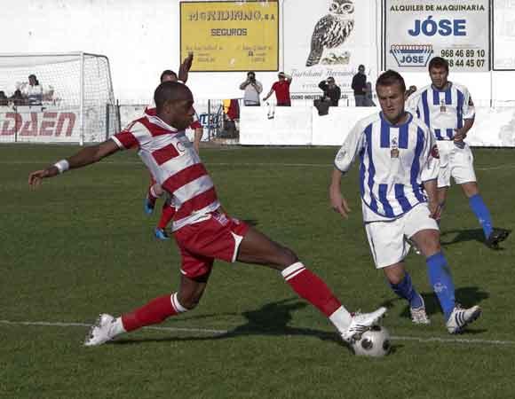 el jugador del Granada Nyom recupera un balón.  Foto: Pascu Méndez (LOF)