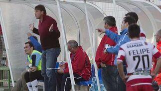 El árbitro expulsa a Iñigo Saenz, técnico local.  Foto: Pascu Méndez (LOF)
