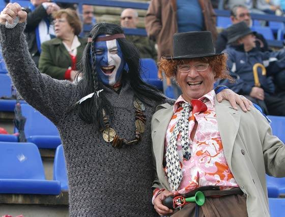Dos aficionados del Jerez Industrial ataviados con trajes carnavaleros.   Foto: Vanesa Lobo