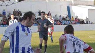 Martín Ortega trata de marcharse de un rival  Foto: Pascu Méndez (LOF)