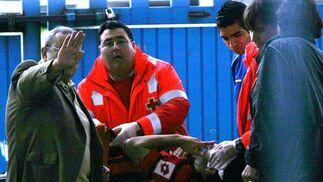 El jugador del Melilla Carlos Ruiz es atendido por la Cruz Roja.   Foto: Vanesa Lobo