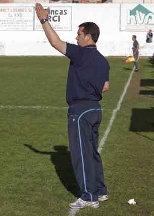 El técnico granadino Miguel Ángel Álvarez Tomé, dando instrucciones en la banda  Foto: Pascu Méndez (LOF)