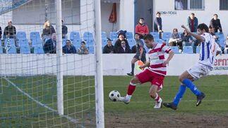 Ocasión clara de gol para el conjunto granadino  Foto: Pascu Méndez (LOF)