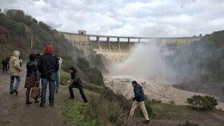 Varias personas observan el desembalse de agua en El Gergal  Foto: Manuel Gómez