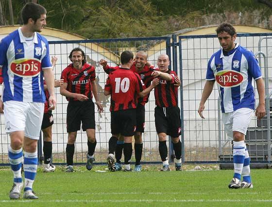 Zamorano y Chota felicitan a Yagüe por el segundo tanto del Melilla.  Foto: Vanesa Lobo