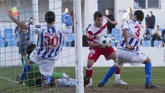 La defensa local trata de evitar un gol del Granada  Foto: Pascu Méndez (LOF)