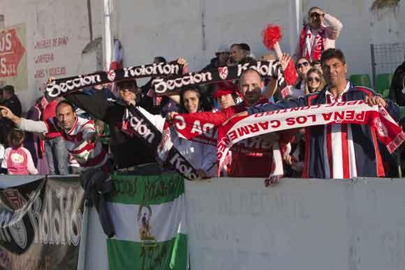 Los seguidores del conjunto granadino, en la grada.  Foto: Pascu Méndez (LOF)