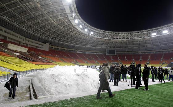 Los periodistas se concentran en torno a la nieve acumulada en el estadio.   Foto: Antonio Pizarro