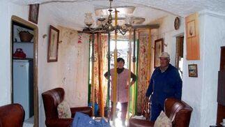El matrimonio formado por Adoración Rabaneda y José Luis Sánchez temen que su cueva en Graena se les venga abajo  Foto: Ramón Ubric