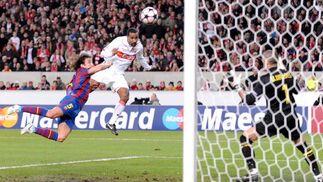 Cacau remata de cabeza el gol que adelantaba al Stuttgart. / EFE