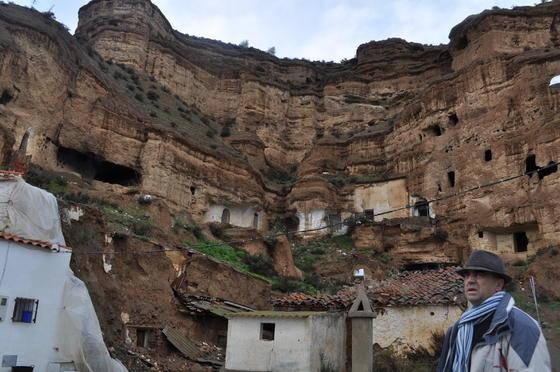 El monumento natural de las Cárvacs en el Marchal se ha convertido en una amenaza para los inquilinos  Foto: Ramón Ubric