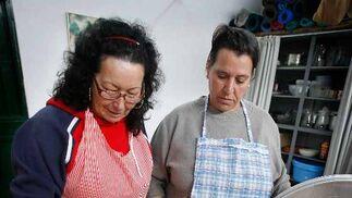Charo y María preparan la comida en el colegioSanto Ángel, ayer.   Foto: Pascual