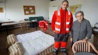 Un voluntario de Cruz Roja junto a la hermana Teresa, en una de las habitaciones del colegio de El Portal.  Foto: Pascual