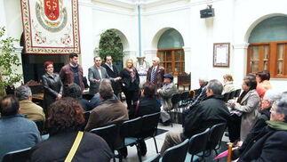 El alcalde de Guadix informa a los vecinos afectados de la situación  Foto: Ramón Ubric