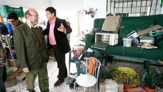 Los dirigentes de IU Ignacio García y Diego Valderas (a la dcha.) visitan ayer una vivienda de El Portalillo.  Foto: Pascual