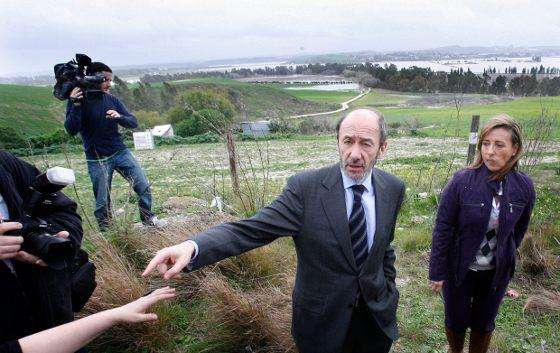 El ministro del Interior, Pérez Rubalcaba, asegura que las ayudas serán las máximas que prevé el Estado para este tipo de catástrofes  Foto: Pascual