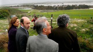 El ministro Pérez Rubalcaba, al lado de la alcaldesa y junto a Luis Pizarro y Juan José López Garzón durante la visita a la zona rural de Jerez  Foto: Pascual