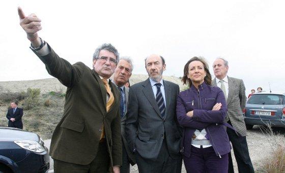 El ministro Pérez Rubalcaba, al lado de la alcaldesa y junto a Luis Pizarro y Juan José López Garzón, ayer en Lomopardo.   Foto: Pascual