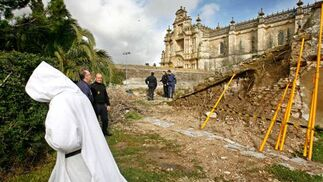 Una hermana de Belén ayer junto muro derribado en La Cartuja.  Foto: Pascual