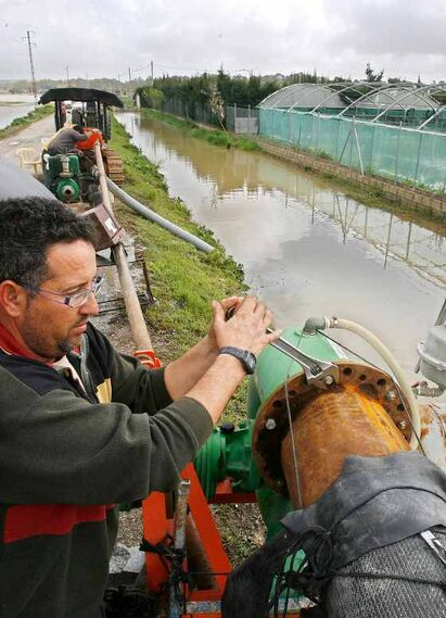 Un hombre acciona una bomba de agua en La Greduela.  Foto: Pascual
