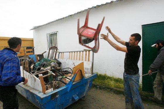 Un vecino de La Greduela, ayer junto a su vivienda anegada.  Foto: Pascual
