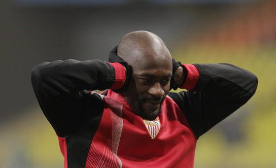 Didier Zokora se lleva las manos a las orejas para calentárselas.   Foto: Antonio Pizarro