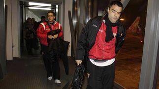 Los argentinos Duscher y Lautaro Acosta, tras descender del avión en la capital rusa.   Foto: Antonio Pizarro