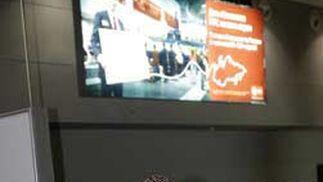 El serbio Ivica Dragutinovic, hablando por teléfono tras bajar del avión en la capital rusa.   Foto: Antonio Pizarro