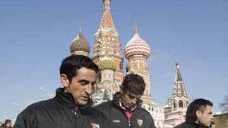 Manolo Jiménez, Fazio y Duscher, durante el paseo por la capital rusa.   Foto: Antonio Pizarro