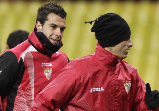 Negredo bromea con Perotti mientras hacen carrera continua,  Foto: Antonio Pizarro