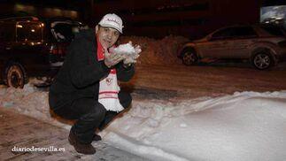 Del Nido coge un puñado de nieve en las calles de Moscú.   Foto: Antonio Pizarro