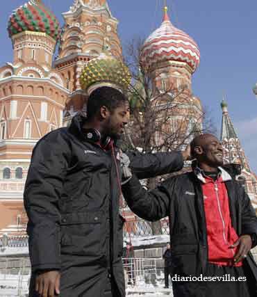 Romaric y Zokora, delante del Kremlin.   Foto: Antonio Pizarro
