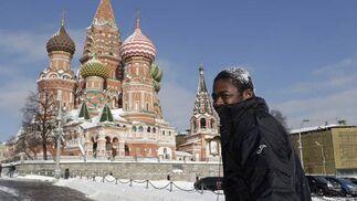 Romaric, con un puñado de nieve.   Foto: Antonio Pizarro