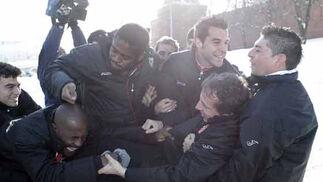Varios jugadores bromean con Cristóbal Soria.   Foto: Antonio Pizarro
