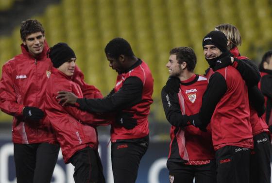 Varios jugadores se ríen mientras realizan uno de los ejercicios.   Foto: Antonio Pizarro