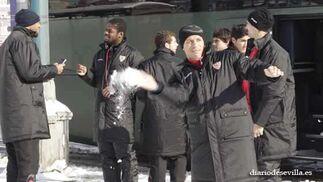 Los jugadores sevillistas, bromeando con la nieve  Foto: Antonio Pizarro
