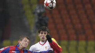 Fazio disputa un balón aéreo con Necid.  Foto: Antonio Pizarro