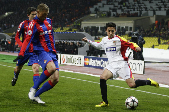Jesús Navas intenta centrar ante la oposición de dos rivales.  Foto: Antonio Pizarro