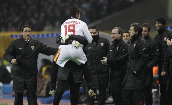 Negredo celebra su gol con el banquillo nervionense.  Foto: Antonio Pizarro