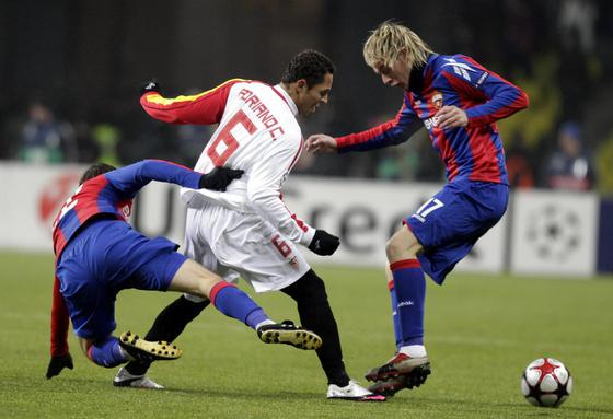 Adriano disputa un balón entre dos jugadores del CSKA de Moscú.  Foto: Antonio Pizarro