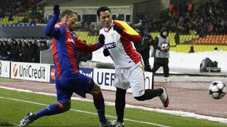 Adriano intenta salvar la entrada de un defensa del CSKA.  Foto: Antonio Pizarro