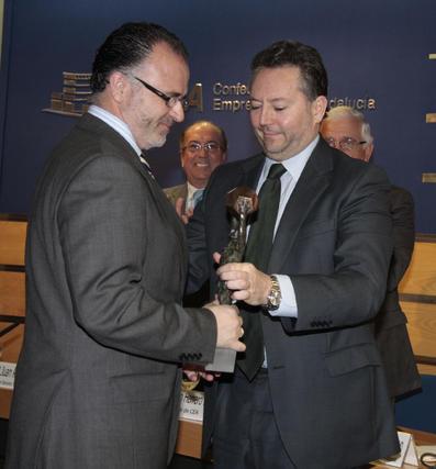 José Joly entrega el galardón en Salud, Bienestar y Biotecnología a Enrique Vázquez, presidente de Neocodex.  Foto: M. GOMEZ/ VICTORIA HIDALGO