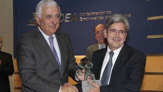 Acacio da Costa, director de Contromation, recibe el premio a la Proyección Internacional de manos de Santiago Herrero.  Foto: M. GOMEZ/ VICTORIA HIDALGO