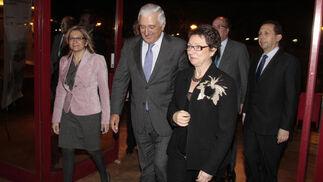 Carmen Martínez Aguayo, consejera de Economía y Hacienda, llega al acto acompañada por Santiago Herero, presidente de la CEA.  Foto: M. GOMEZ/ VICTORIA HIDALGO