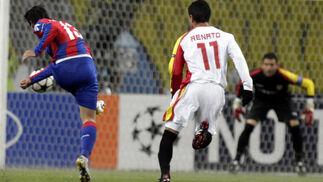Mark González dispara a puerta ante Renato.   Foto: Antonio Pizarro