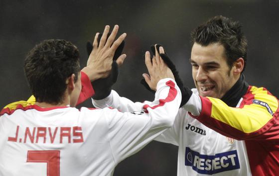 Jesús Navas felicita a Negredo por su gol.  Foto: Antonio Pizarro