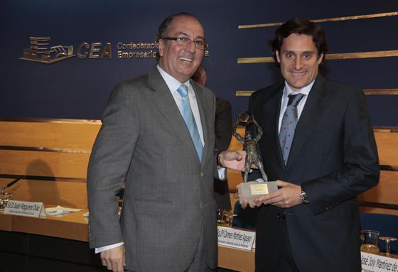 Juan Manuel Luque, director de Alcubilla 2.000, recibe el premio de Agroindustria de manos de Juan Reguera.  Foto: M. GOMEZ/ VICTORIA HIDALGO