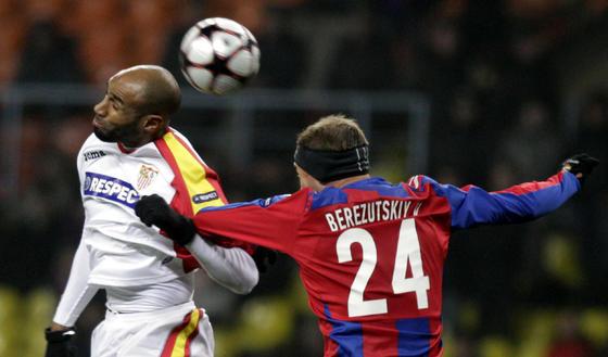 Kanouté gana un balón aéreo a Berezutskiy.  Foto: Antonio Pizarro